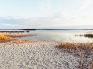 Campingplatz mit weißem Strand und wundervollem Blick auf den Großen Goitzschesee.