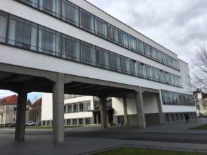 Bauhaus Dessau - Ansicht von Außen: Verbindungstrackt