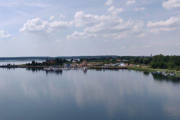 Aussicht auf den Goitzsche See vom Pegelturm mit Schloss im Hintergrund