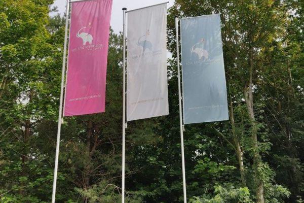 Flaggen am Eingang des Waldresort Gröbern