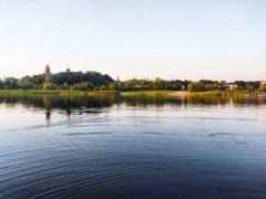 Halbinsel Pouch mit Roter Turm vom Wasser und Stellplatz Goitzsche See aus. So schön kann's auf dem Campingplatz Goitzsche sein.