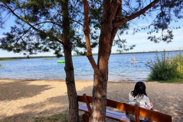 Entspanntes Sitzen mit herrlichem Blick auf das Wasser
