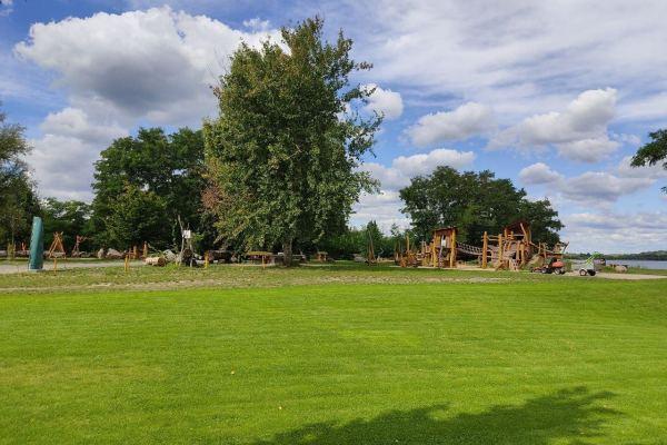 Wiese-Spielplatz-Waldresort-Grobern