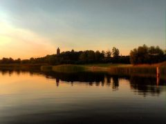 Sonnenuntergang Großer Goitzschesee - im Hintergrund Halbinsel Pouch mit Roter Turm und Schloss Pouch.