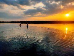 Sonnenuntergang auf dem See .. zwei Paddelboards voraus